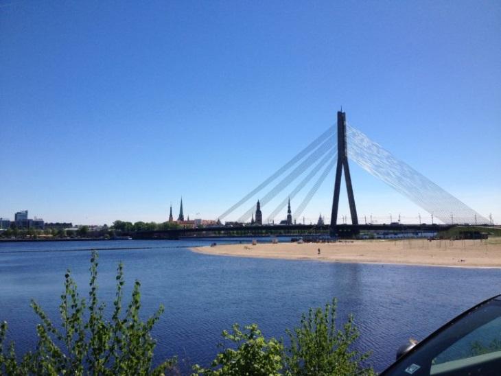 Пляж в центре Риги около Вантового моста
