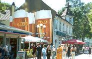 На улице Йомас можно выпить пива...