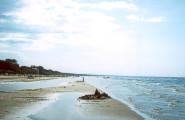 Песчанный пляж протянулся на многие километры